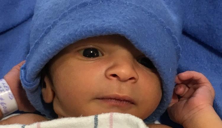 Bebé que recibe la leche